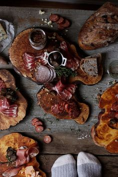 Meat, cheese, bread and fruit platter. A feast necessity. Food Photography Styling, Food Styling, Hobbit, Medieval Banquet, Hotel Buffet, Medieval Recipes, Tapas Recipes, Dinner Themes, I Want To Eat