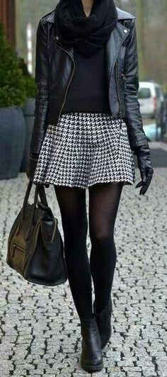 Cazadora negra, faldita, medias oscuras, botines y pañuelo.