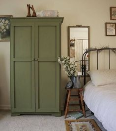 Home Interior Cocina Vintage green bedroom armoire Bedroom Green, Home Bedroom, Green Bedrooms, Estilo Interior, Green Cabinets, Aesthetic Rooms, Bedroom Vintage, Vintage Armoire, My New Room