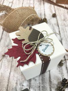 Herbstliche Dekoration für weiße #Geschenkboxen.