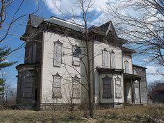 Abandoned house near Ruggles, Ohio. Abandoned Ohio, Abandoned Farm Houses, Old Abandoned Buildings, Abandoned Property, Old Farm Houses, Abandoned Castles, Old Buildings, Abandoned Places, Haunted Castles