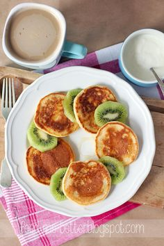 PANCAKES Z KASZY MANNY przepis na 1 porcję (5 placków) 2 łyżki kaszy manny (25 g) 1 jajko (żółtko i białko osobno) 1 łyżeczka otręb 1 łyżeczka masła orzechowego (10 g) 1/2 szklanki mleka (1,5%) łyżeczka miodu szczypta soli łyżeczka oleju rzepakowego