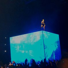 The throne is a blue cube !