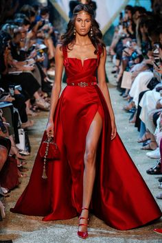 The complete Elie Saab Fall 2017 Couture fashion show now on Vogue Runway. Elie Saab Couture, Runway Fashion, High Fashion, Fashion Show, Paris Fashion, Red Fashion, Fashion Beauty, Fashion Design, Beautiful Gowns