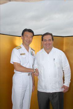 El Gobernador de Veracruz, Javier Duarte de Ochoa, recibe cálida recepción del buque japonés Kashima en Veracruz, Veracruz el 18 de julio de 2011.
