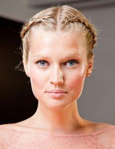 El legado de la trenza-diadema se extiende hasta el otoño, aunque ahora se adapta con propuestas como ésta de Elie Saab: dos trenzas de raíz con la raya al medio y maquillaje soft.