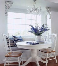 Classic Chic Home: 20 Tastefully Designed Dining Banquettes