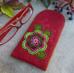 Pouzdro na brýle Felt Crafts, Felting, Headbands, Sunglasses Case, Pendants, Embroidery, Head Bands, Needlepoint, Pendant