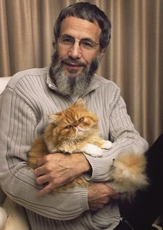 Yusuf Islam (born Steven Demetre Georgiou, 21 July commonly known by his former stage name Cat Stevens, is a British singer-songwriter. Here with Sgt Pepper, his sons cat Cat Stevens, Crazy Cat Lady, Crazy Cats, I Love Cats, Cool Cats, Celebrities With Cats, Celebs, Men With Cats, Animal Gato
