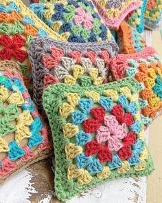 Ideas Chunky Yarn Cute Crochet Hooks by Lori Holt of Bee in my Bonnet Crochet Blocks, Granny Square Crochet Pattern, Crochet Granny, Beginning Crochet, Quilt Patterns, Crochet Patterns, Beginner Crochet Tutorial, Bee In My Bonnet, Crochet Supplies