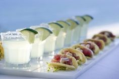 mini tacos w/small lime magarita Hors D'oeuvres, Fingerfood Party, Appetizer Party, Appetizers, Tuna Tacos, Fish Tacos, Buffet, Tacos And Tequila, Party Snacks
