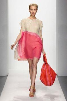 A bolsa é magnifica! E a cor do vestido é maravilhosa. Talvez se nao fosse tão transparente! Talvez!
