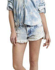 Clássico do closet feminino, o shorts jeans curto se reinventa com lavagens super desbotadas. A dica para quem tem ombros largos é usar com blusa de alças e camisa jeans amarrada na cintura.