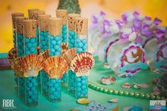 Festa da Ariel tem que ter baús de tesouros, conchas e estrelas do mar, certo? Pois é, esta decoração da Sua Festinha (clique) tem tudo isso de uma maneira super criativa! As conchas são macarons com com bolinhas de chocolate que imitavam pérolas! Os baús deliciosos pães de mel modelados .. até a princesa virou …