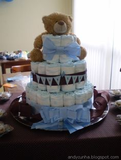 Bolo de fralda azul e marrom com urso como topo de bolo