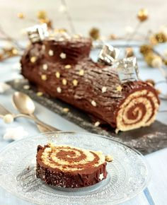Bûche de Noël roulée traditionnelle au chocolat {facile et rapide} - Chocolate Log Recipe, Chocolate Roll, Chocolate Desserts, Food Cakes, Cupcake Cakes, Yule Log Cake, Cake Roll Recipes, Christmas Deserts, Christmas Log