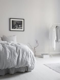 Uncluttered bedroom with grey linen sheets, white clothes rail and black and white photo Minimalist Interior, Minimalist Home, Home Bedroom, Bedroom Decor, Minimal Bedroom, Ideas Hogar, Beautiful Bedrooms, Home Interior, Interiores Design