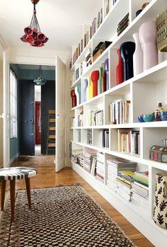 Henriette Jansen, ceramic: her intimate feminine apartment - corridor 2019 Bookshelf Plans, Bookshelves, Bookcase, Modern Bookshelf, Bookshelf Ideas, Feminine Apartment, Bibliotheque Design, Sweet Home, Home Libraries