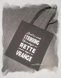 Her har jeg et par tøyvesker i grått, hvor jeg har lagt på vinyl. Festlig tekst om strikking/livet og disse passer fint til å ha strikket...