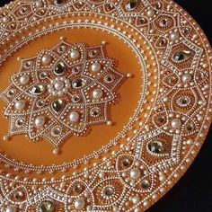 Awesome plates with paintings Dot Art Painting, Mandala Painting, Mandala Dots, Mandala Design, Painted Plates, Hand Painted, Thali Decoration Ideas, Decorations, Point Paint