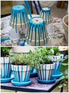 pintadas a mano faciles Clay Pot Projects, Clay Pot Crafts, Diy Home Crafts, Garden Crafts, Flower Pot Art, Flower Pot Design, Flower Pot Crafts, Painted Plant Pots, Painted Flower Pots