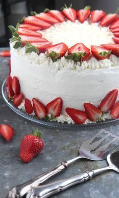 Take off the stems and you're good Strawberry Cake Decorations, Strawberry Desserts, Sweet Recipes, Cake Recipes, Dessert Recipes, Just Desserts, Delicious Desserts, Cake Decorating Piping, Summer Cakes