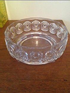 Riihimäen Lasi skål Rengas Tamara Aladin 1972-1975 på Tradera.com -.Skål i massivt glas från Riihimäen Lasi. Rengas av Tamara Aladin. Hel och i fint skick. H 8 cm, D 21 cm. Vikt ca 1700 gram.