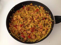 Das perfekte Ägyptische Reispfanne-Rezept mit Bild und einfacher Schritt-für-Schritt-Anleitung: Paprika und Zwiebel in kleine Würfel schneiden.