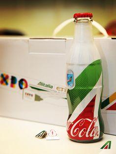 La bottiglia Coca-Cola in edizione limitata sulla nuova poltrona di Business Lungo Raggio Alitalia. >>> The exclusive limited edition Coca-Cola bottle, with a special Alitalia livery.