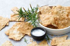 Sourdough (Discard) Crackers with Olive Oil & Herbs Sourdough Recipes, Sourdough Bread, Bread Recipes, Yummy Recipes, Easy Starters, Homemade Crackers, Vegan Baking, Bread Baking, Appetizer Recipes