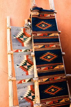 Indian blankets and pueblo style ladder. Santa Fe New Mexico. American Indian Decor, Native American Decor, Southwest Home Decor, Southwestern Decorating, Southwest Style, New Mexico Style, Indian Living Rooms, Indian Blankets, Santa Fe Style