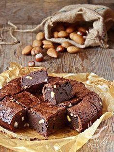 I Brownies di cioccolato con mandorle e nocciole sono una variante appetitosa dei classici dolcetti dalla forma quadrata, amati in tutto il mondo! #browniesalcioccolato