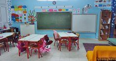 Μέσα στο κύμα των μαθητικών επικρίσεων και της αμφισβήτησης της λογικής του υπαρκτού σχολείου ξεχωρίζει ένα πρόσωπο, ο εκπαιδευτικός. Είναι ο «σημαντικός άλλος», η μόνη εμφανής φιγούρα της «ανώνυμης» σχολικής μηχανής, που στα «επεισόδια» των μαθητικών συζητήσεων παρουσιάζεται, υπαινικτικά, με μια θαυματουργική δύναμη... Frame, Home Decor, Picture Frame, Decoration Home, Room Decor, Frames, Home Interior Design, Home Decoration, Interior Design