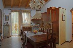 Cucina classica in stile lineare in noce nazionale con piano in marmo giallo d'oriente.