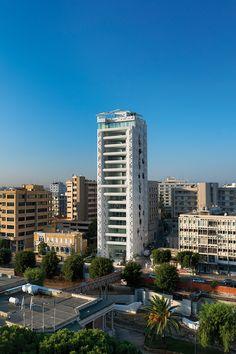 Ανοίγουμε την πόρτα της ιδιαίτερης πολυκατοικίας στην οδό Στασίνου στο κέντρο της Λευκωσίας