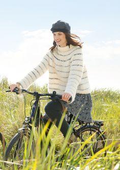 Der richtige Strickpillover für Radtouren im Herbst. Gestrickt wird der Pullover mit Rundpasse aus den ggh-Garnen LAVELLA (50% Alpaka / 30% Wolle / 20% Polyamid, Lauflänge ca. 90m/50g) und die dünnen Streifen aus MYLA (80% Wolle / 20% Alpaka, Lauflänge ca. 100m/50g). Rebecca-Garnpaket zu Modell 14 aus dem Rebecca-Heft Nr. 67 – by Rebecca Magazine