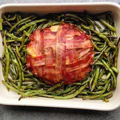 LCHF farsbrød med ost, svøbt i bacon. Lær at lave lækker, sund og nem mad hos MadMedVibs