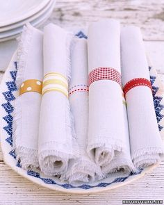 Patterned Napkin Rings Create napkin rings as unique as your guests. For each ring, fold a length of fabric ribbon in half, right sides facing, and sew ends together with a seam allowance. Turn the rings right side out, and slip them around rolled napkins Last Minute Wedding, Martha Stewart Crafts, Napkin Folding, Homekeeping, Fabric Ribbon, Navy Ribbon, Deco Table, Cloth Napkins, Tabletop