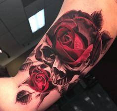 Tatouage roses rouges et crâne