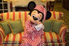 DDE May 2013 - Mickey and Minnie bid us goodnight Goofy Pictures, Minnie Mouse Pictures, Disney Pictures, Disney Pics, Disney Characters Costumes, Mickey Christmas, Disney Phone Wallpaper, Disney Magic, Walt Disney