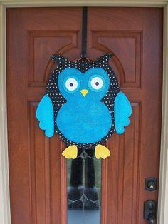 owl door hanger- burlap Burlap Owl, Burlap Flag, Owl Door Hangers, Burlap Door Hangers, Burlap Projects, Burlap Crafts, Burlap Signs, Wooden Owl, Owl Fabric