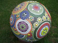 mozaiek bol Mosaic Tile Art, Mosaic Crafts, Mosaic Projects, Stone Mosaic, Mosaic Glass, Bowling Ball Crafts, Mosaic Bowling Ball, Bowling Ball Art, Garden Spheres