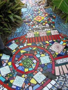 Garden ideas: Pretty DIY mosaic projects for the garden! Check out this and my other garden mosaic ideas! These mosaic projects will add style and class to your backyard! Mosaic Diy, Mosaic Glass, Mosaic Tiles, Pebble Mosaic, Mosaic Pots, Mosaic Crafts, Stone Mosaic, Mosaic Floors, Mosaic Wall