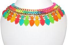 Collier Plastron Tressé Perles Cristaux en solde -20%    Collier ras de cou, composé d'une chaine tressé lier avec une chaine en tissue et des magnifiques perles et cristaux colorées, c'est brillant et tendance, c'est noble et tendance. Bijoux que vous méritez!
