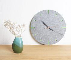 ECO Filz Uhr Wanduhr Clock inkl. Quarz Uhrwerk von Noe Filzdesign auf DaWanda.com