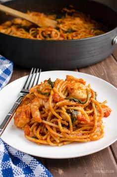 Nothing better than a one pot meal, like this delicious Syn Free One Pot Shrimp Pasta. It is Super quick to make and tastes amazing! (health snacks slimming world) Slimming World Pasta, Slimming World Recipes Syn Free, Slimming Eats, Seafood Recipes, Pasta Recipes, Cooking Recipes, Healthy Recipes, Savoury Recipes, Meat Recipes