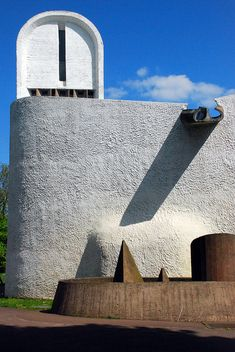 Le Corbusier – The chapel of Notre Dame du Haut in Ronchamp, 1954 Futuristic Architecture, Art And Architecture, Architecture Details, Alvar Aalto, Ronchamp Le Corbusier, Architecture Organique, Gaudi, Religious Architecture, Church Design