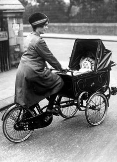 Kinderwagens. Een enthousiast lid van een Engelse fietsclub bestuurt een kinderwagen, gemonteerd op haar fietsframe. Tijdens wedstrijden rijdt zij meer dan 40 mile (ca 65 km) met haar baby. Foto 1926, plaats onbekend.