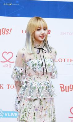 BLACKPINK Lisa's Stuns Crowd With Her Beauty In See-Through Dress — Koreaboo