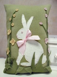 New Easter Quilting Projects Felt Bunny Ideas Bunny Crafts, Felt Crafts, Easter Crafts, Fabric Crafts, Applique Pillows, Felt Applique, Wool Pillows, Cushions, Quilting Projects